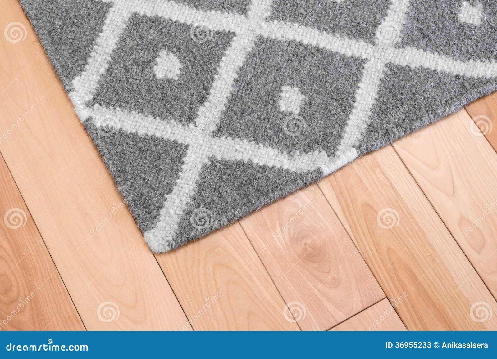 Grijze deken op houten vloer stock afbeelding afbeelding