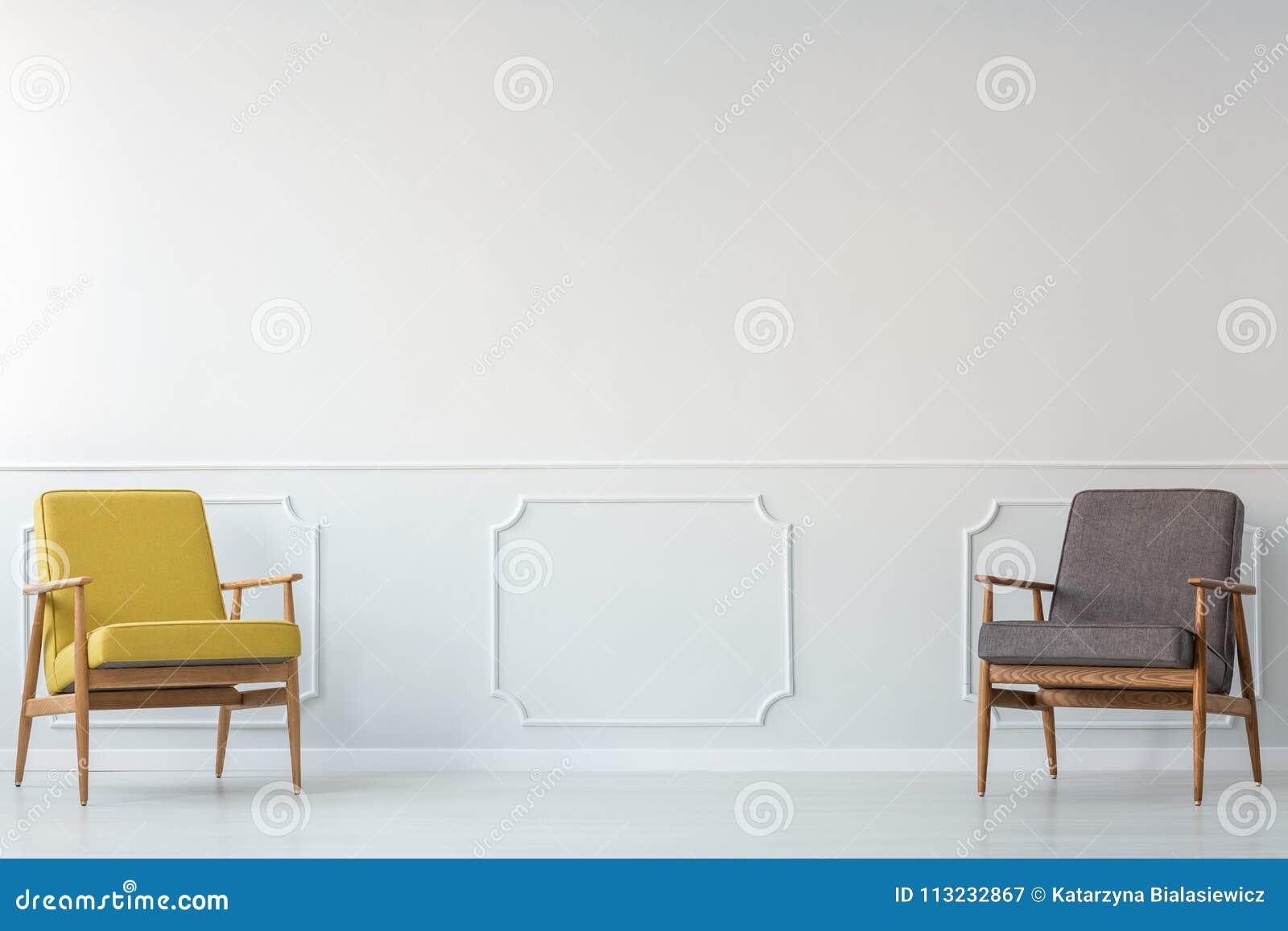 Grijze en gele woonkamer stock afbeelding. Afbeelding bestaande uit ...