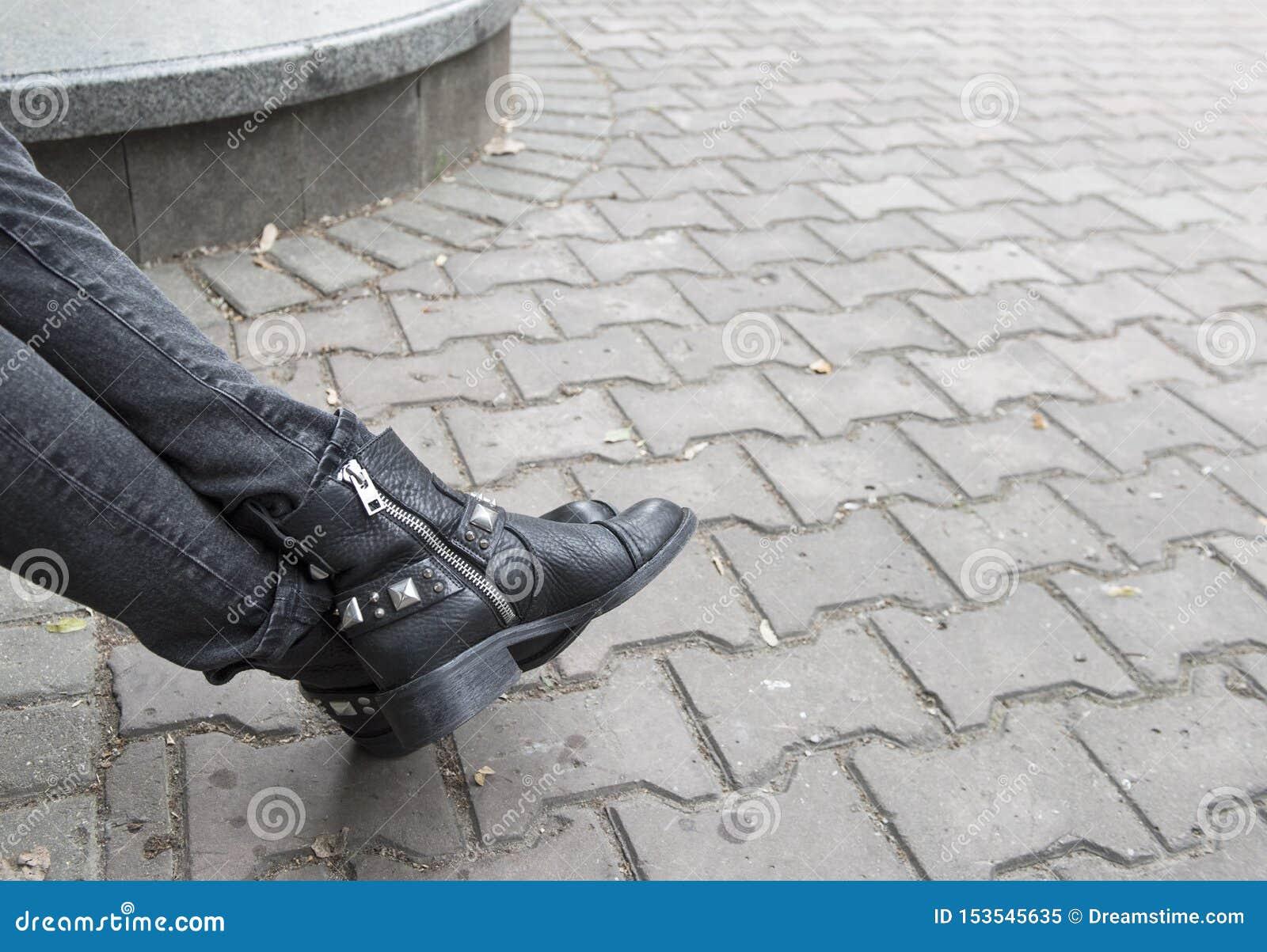 Grijze jeans en zwarte laarzen