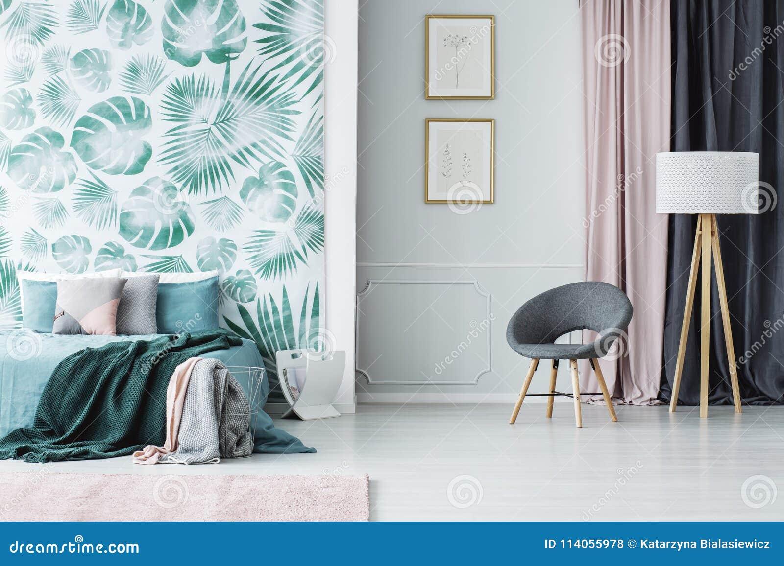 Slaapkamer Groen Grijs : Grijze leunstoel in groene slaapkamer stock foto afbeelding