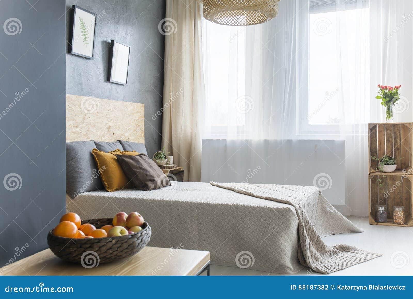 Grijze Slaapkamer Lamp : Grijze slaapkamer met kratmeubilair stock foto afbeelding