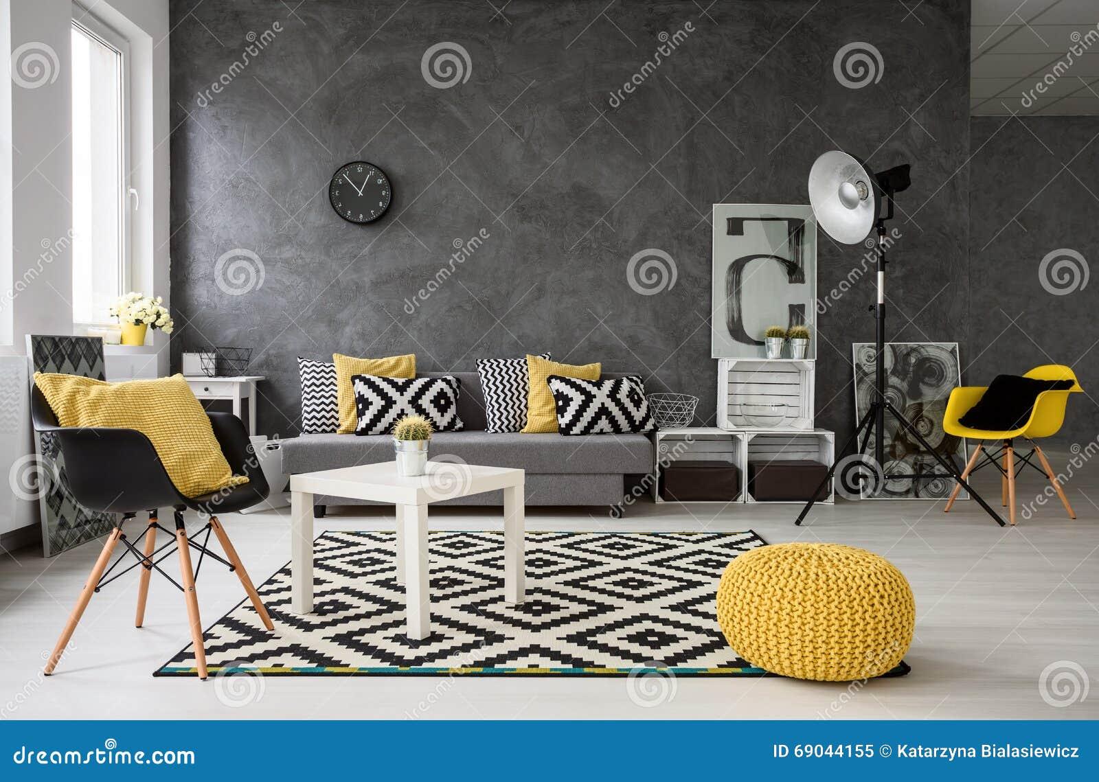 Grijze woonkamer met gele details stock foto   afbeelding: 69044155
