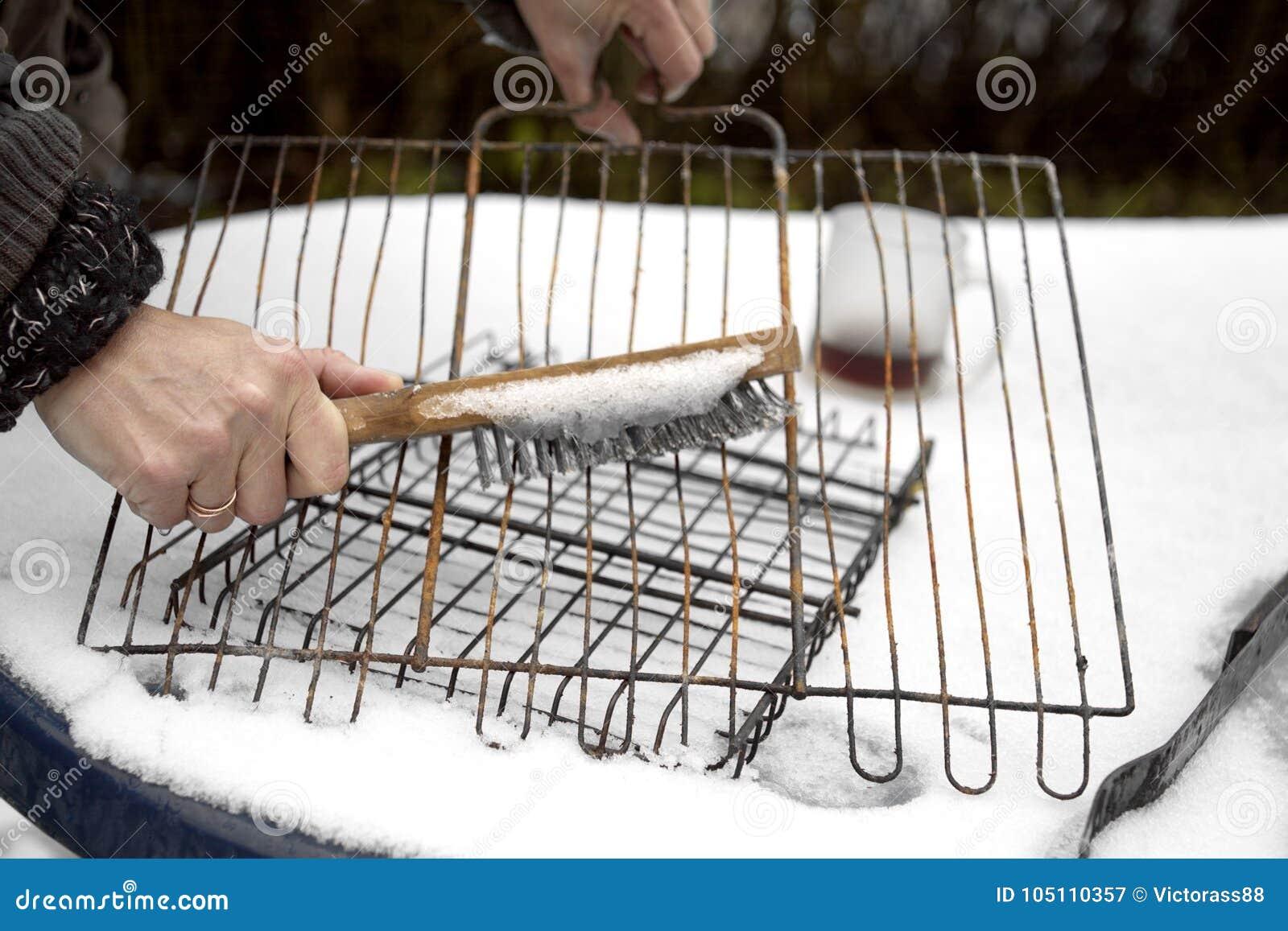 Gril de barbecue de nettoyage de femme