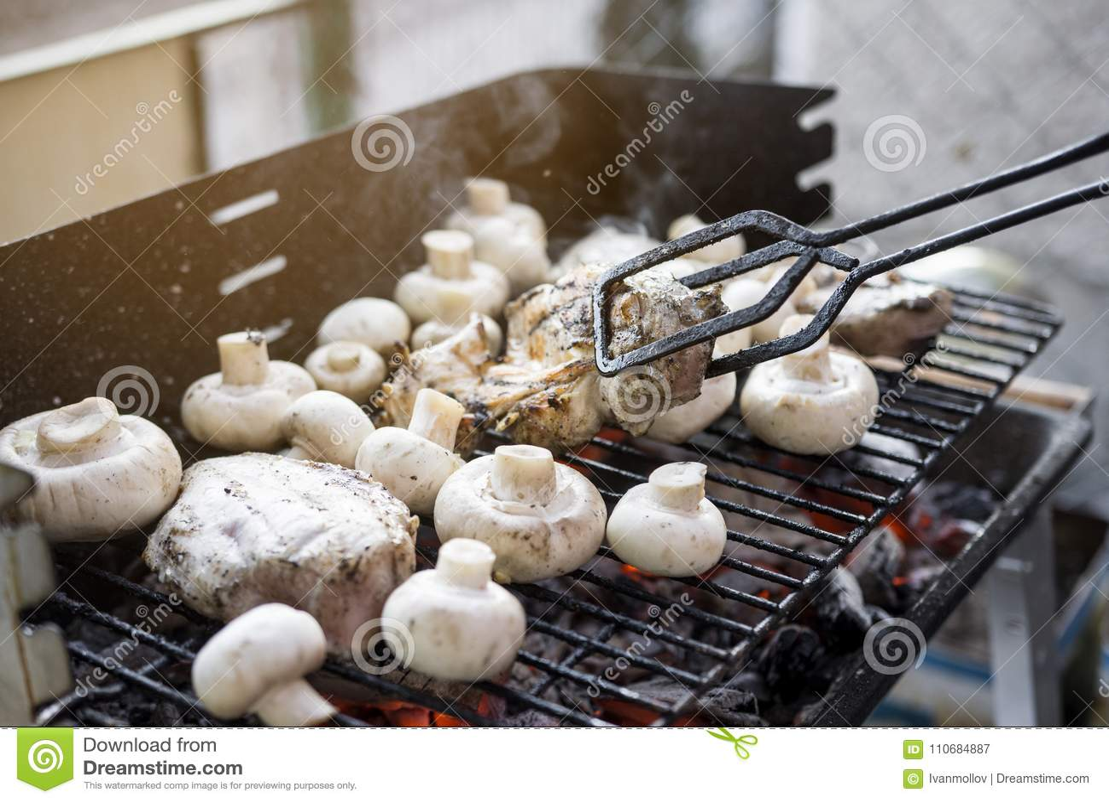 Gril de BBQ avec beaucoup de champignons et viande savoureuse de blanc de poulet