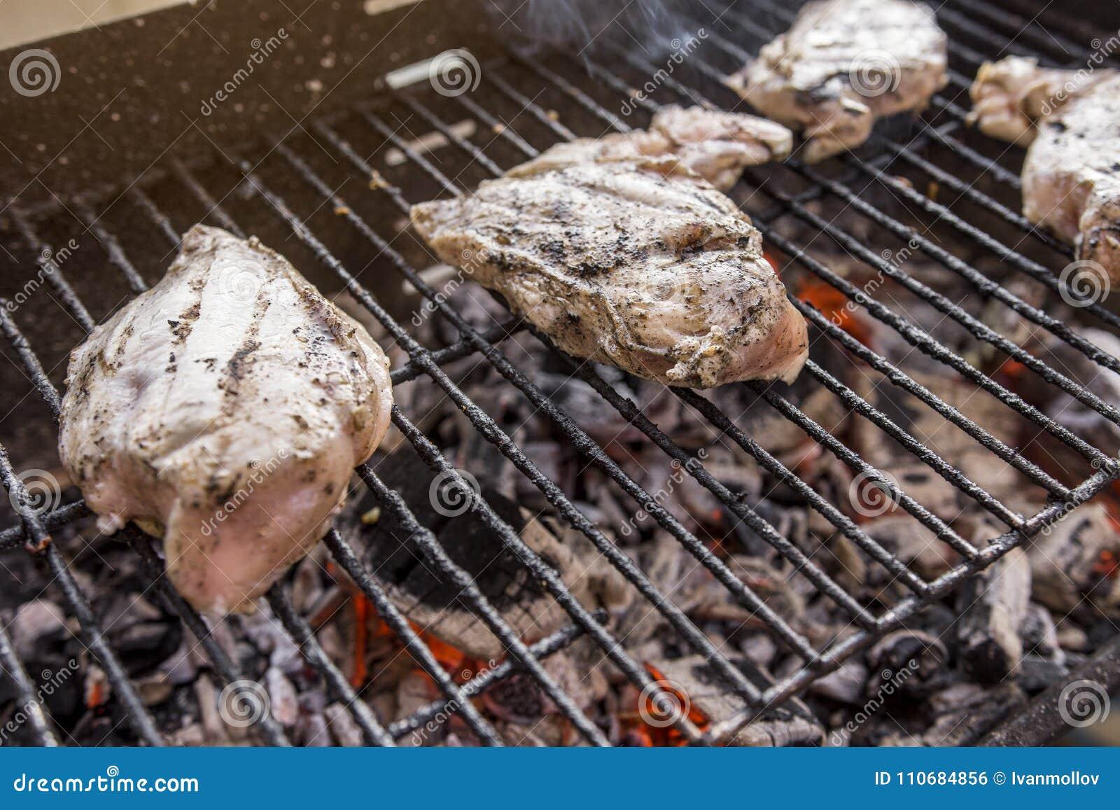 Gril de BBQ avec de la viande savoureuse de blanc de poulet