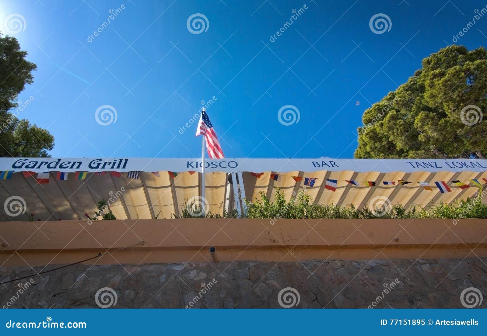 Gril et barre de jardin avec le drapeau américain