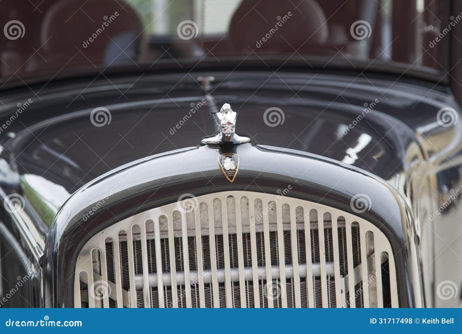 gril 1931 et capot de voiture de chrysler plymouth photo stock ditorial image 31717498. Black Bedroom Furniture Sets. Home Design Ideas