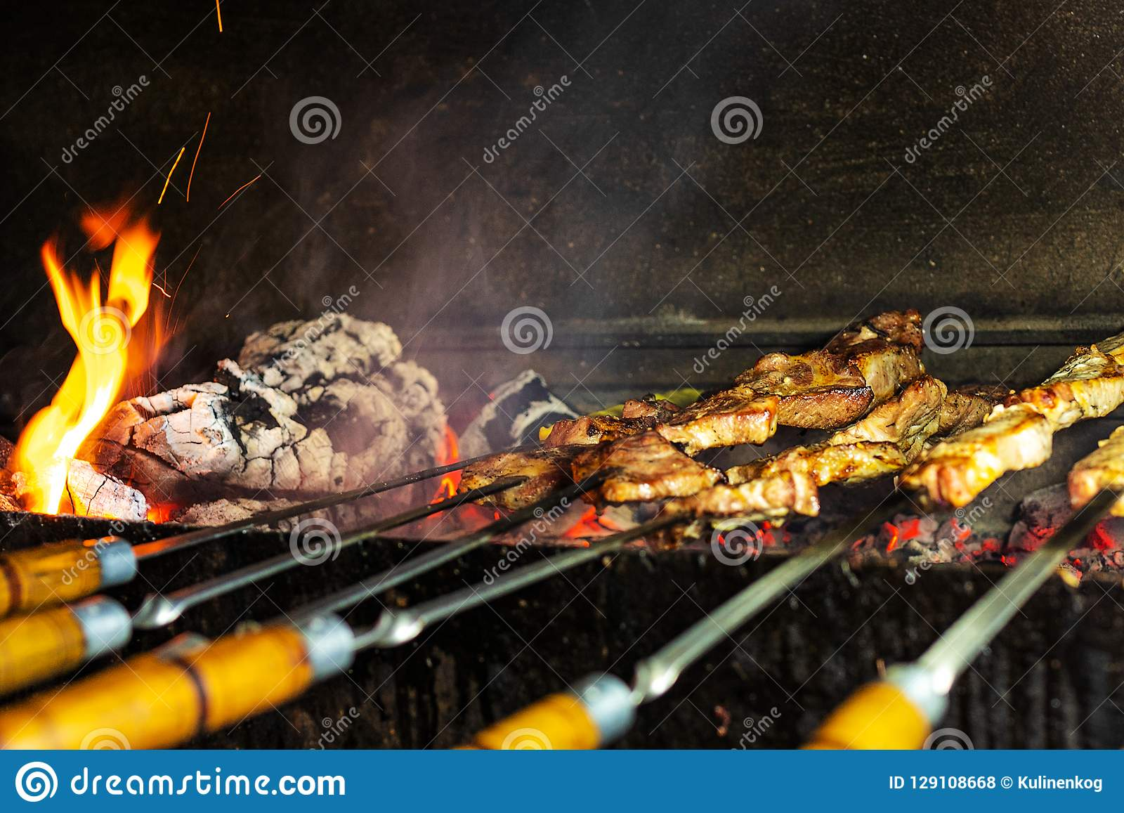 Grill w na wolnym powietrzu Shish kebab od wieprzowiny na węglach