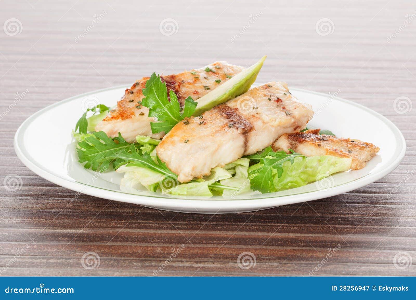 Grillad fisk och ny sallad.