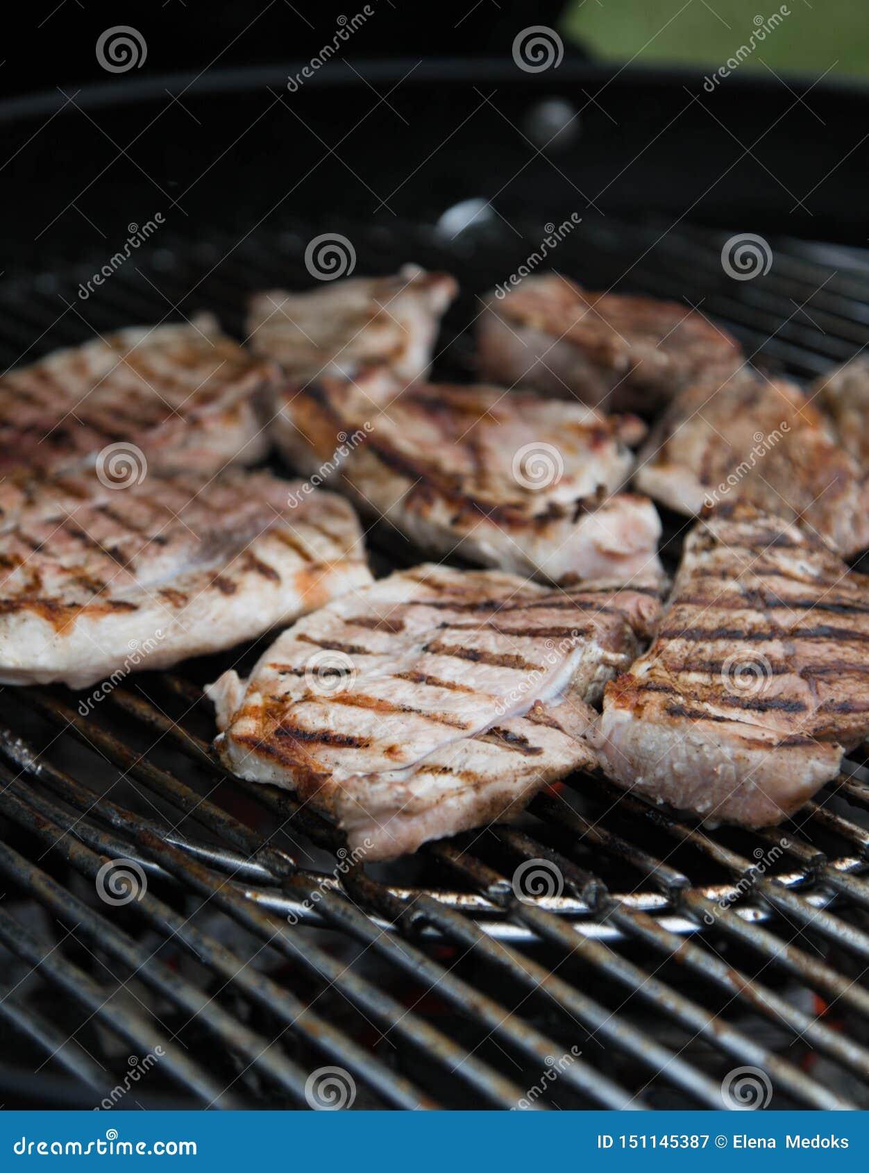 Grillad köttbiff, marinerade stycken av kött grillas på gallret grillfester