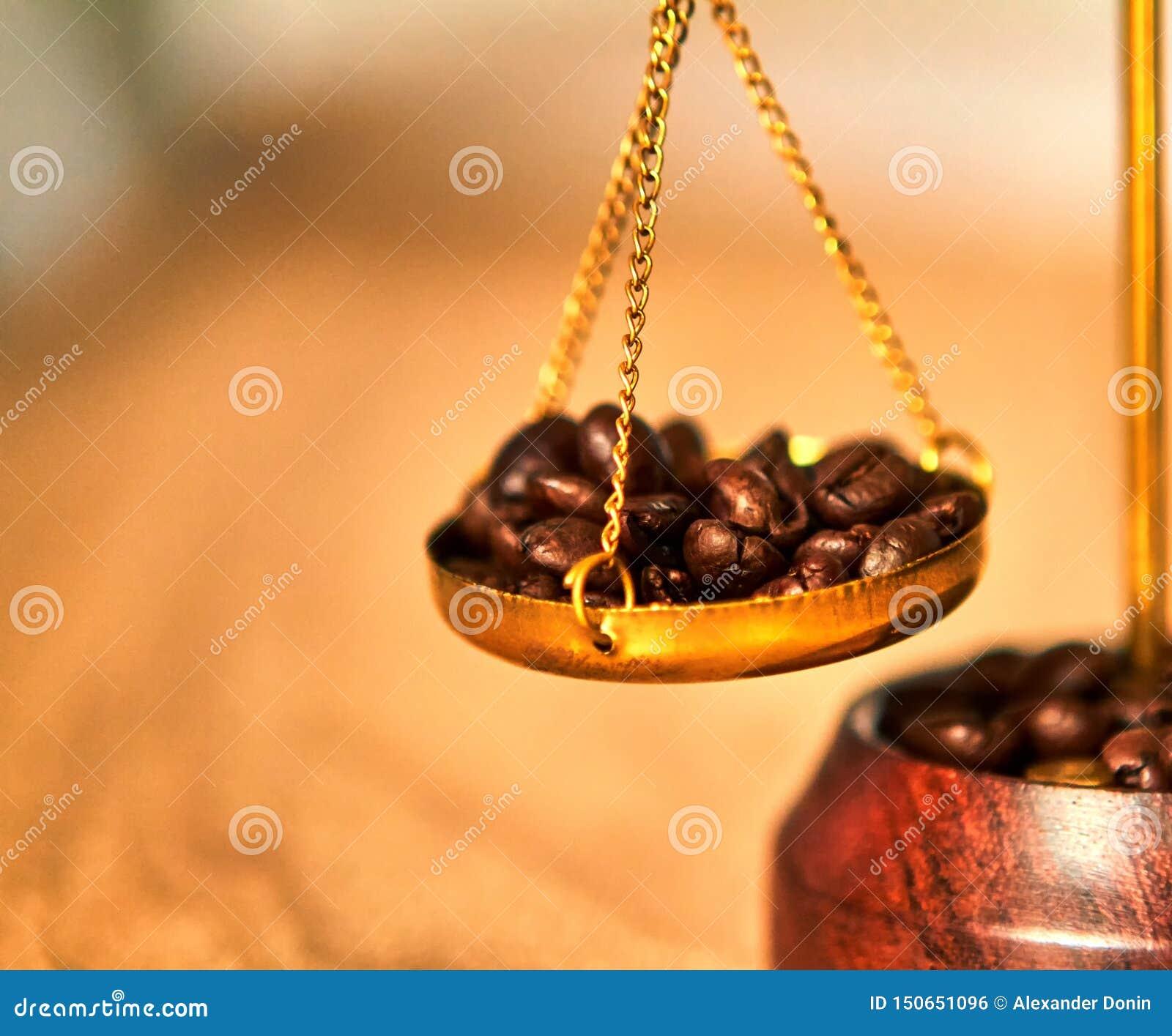 Grillad kaffeböna på viktskala på trätabellen