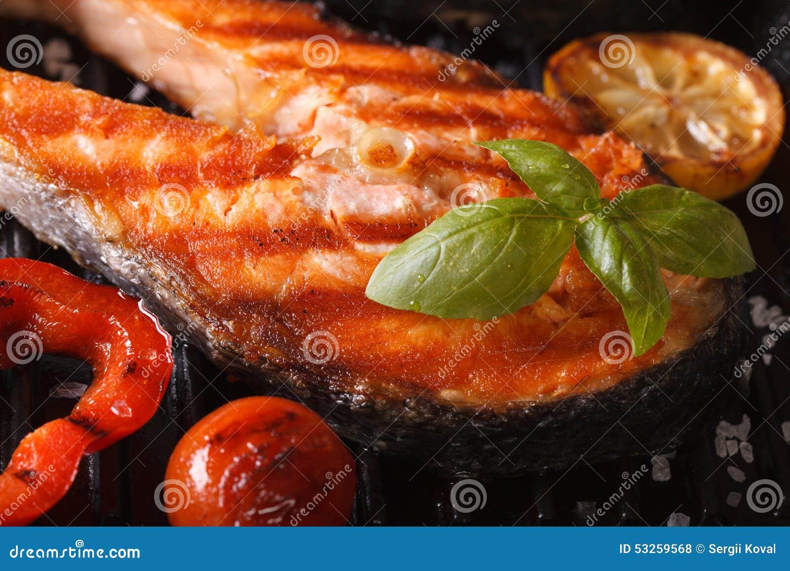 Grillad röd makro och grönsaker för lax för fiskbiff