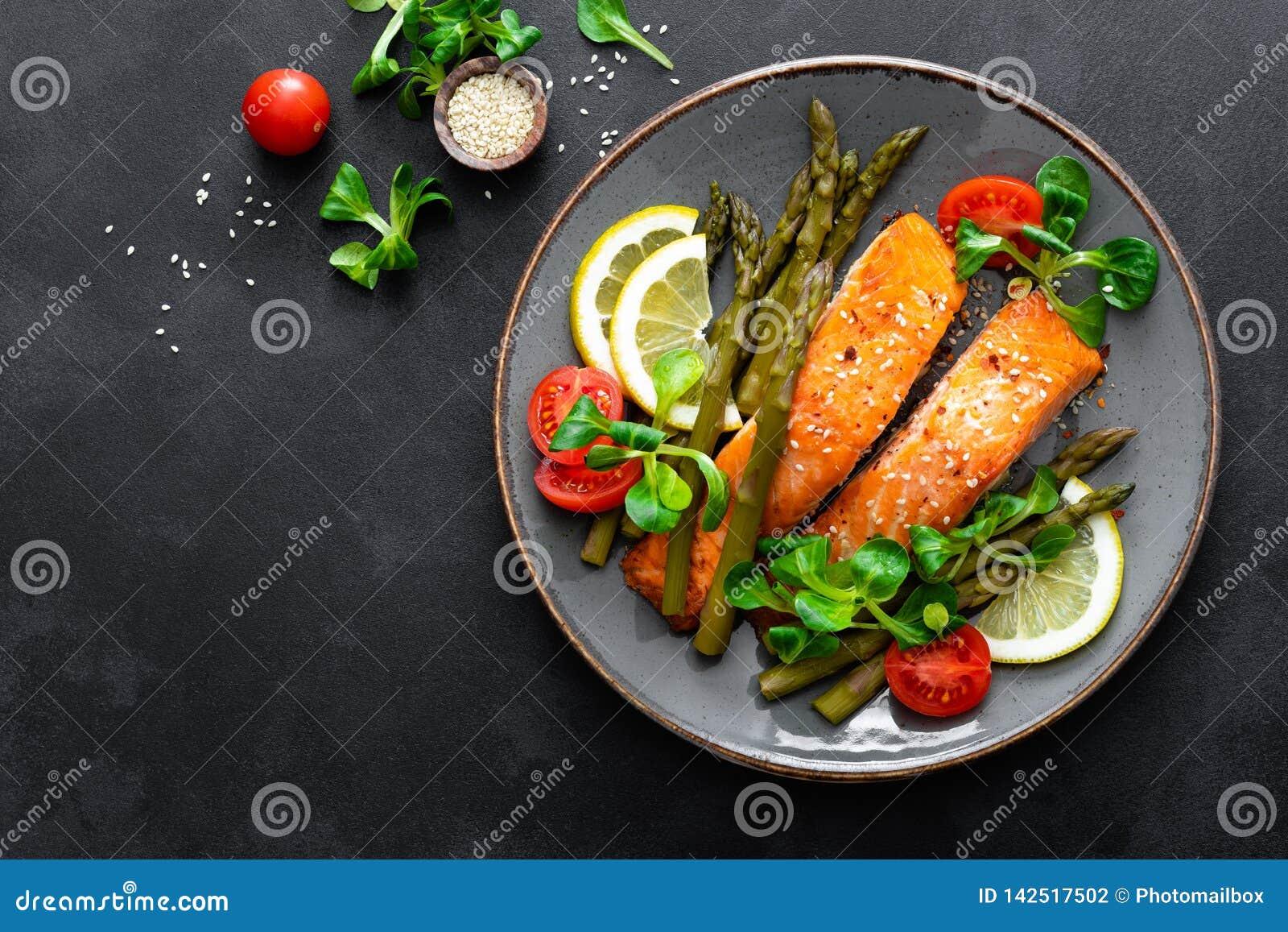 Grillad sallad för laxfiskbiff, sparris-, tomat- och havrepå plattan Sund maträtt för lunch