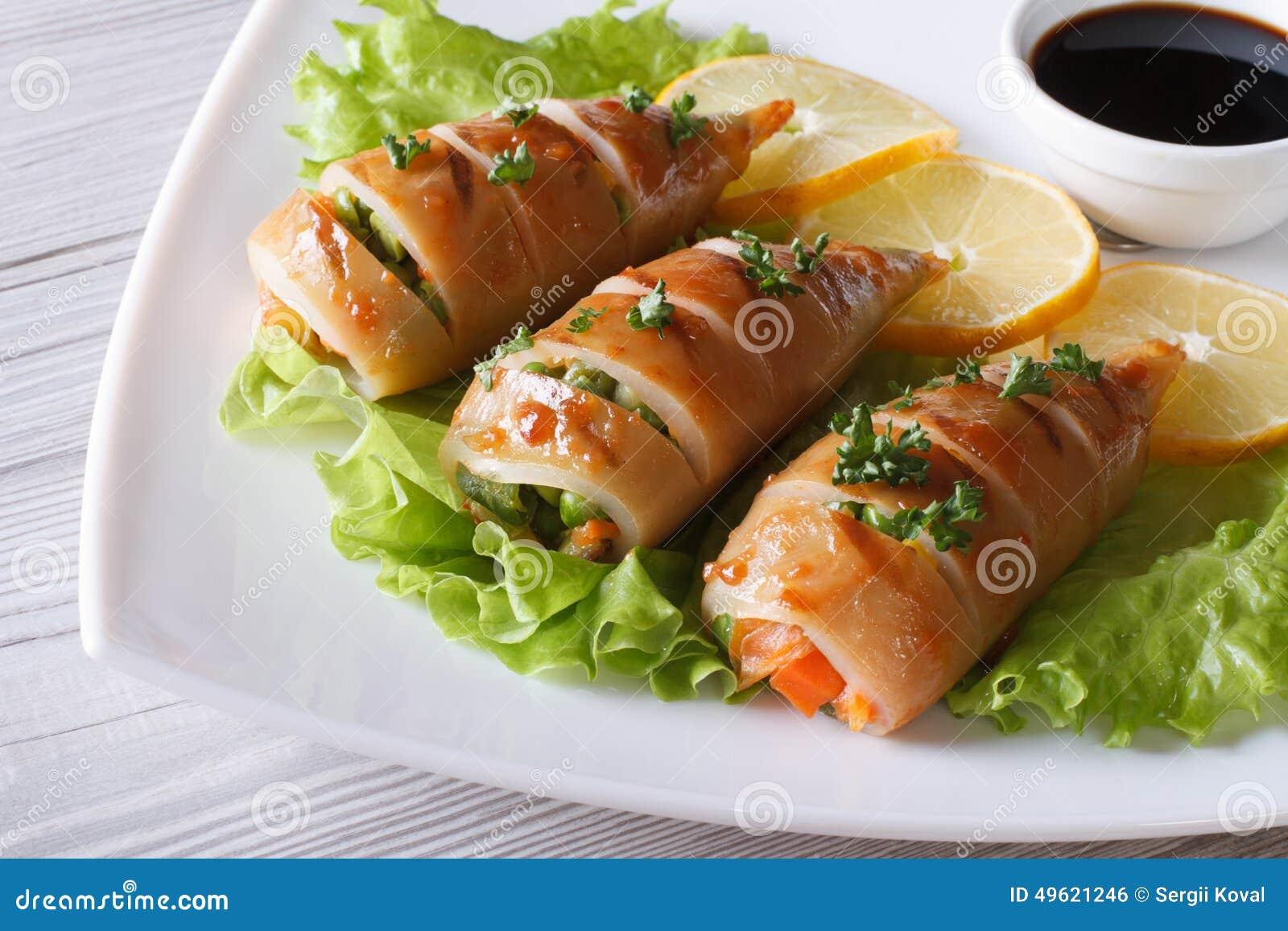 Grillad tioarmad bläckfisk som är välfylld med grönsakcloseupen horisontal