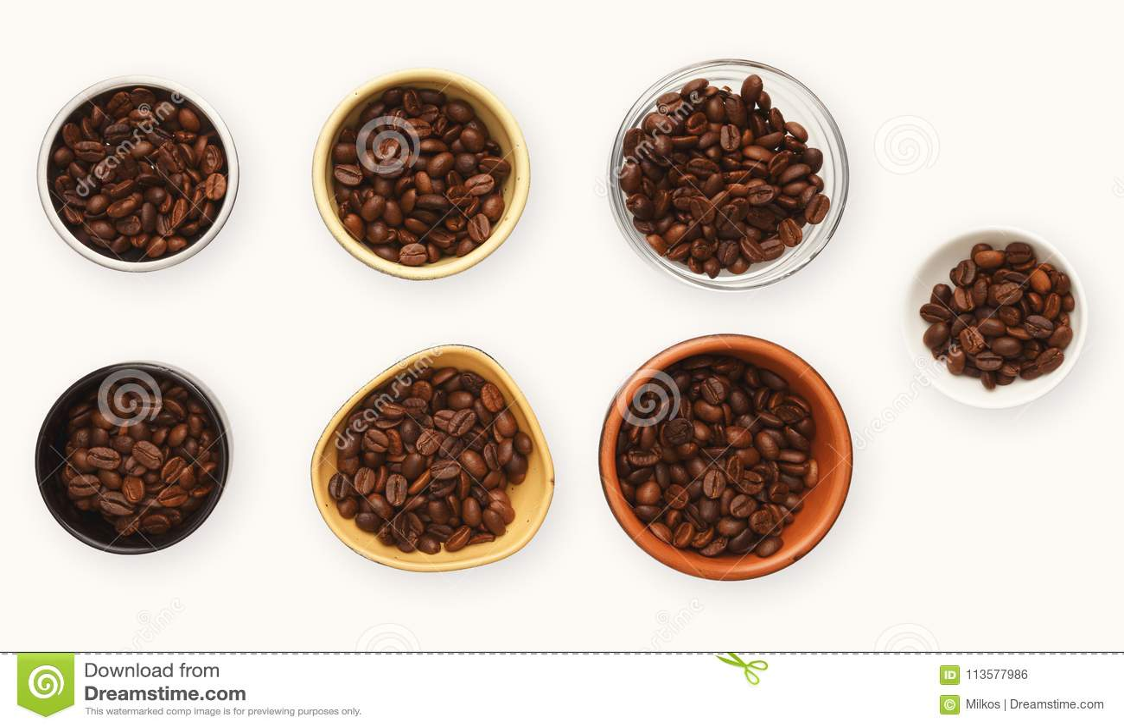 Grillade kaffebönor i bunkar, den bästa sikten, vit isolerade bakgrund