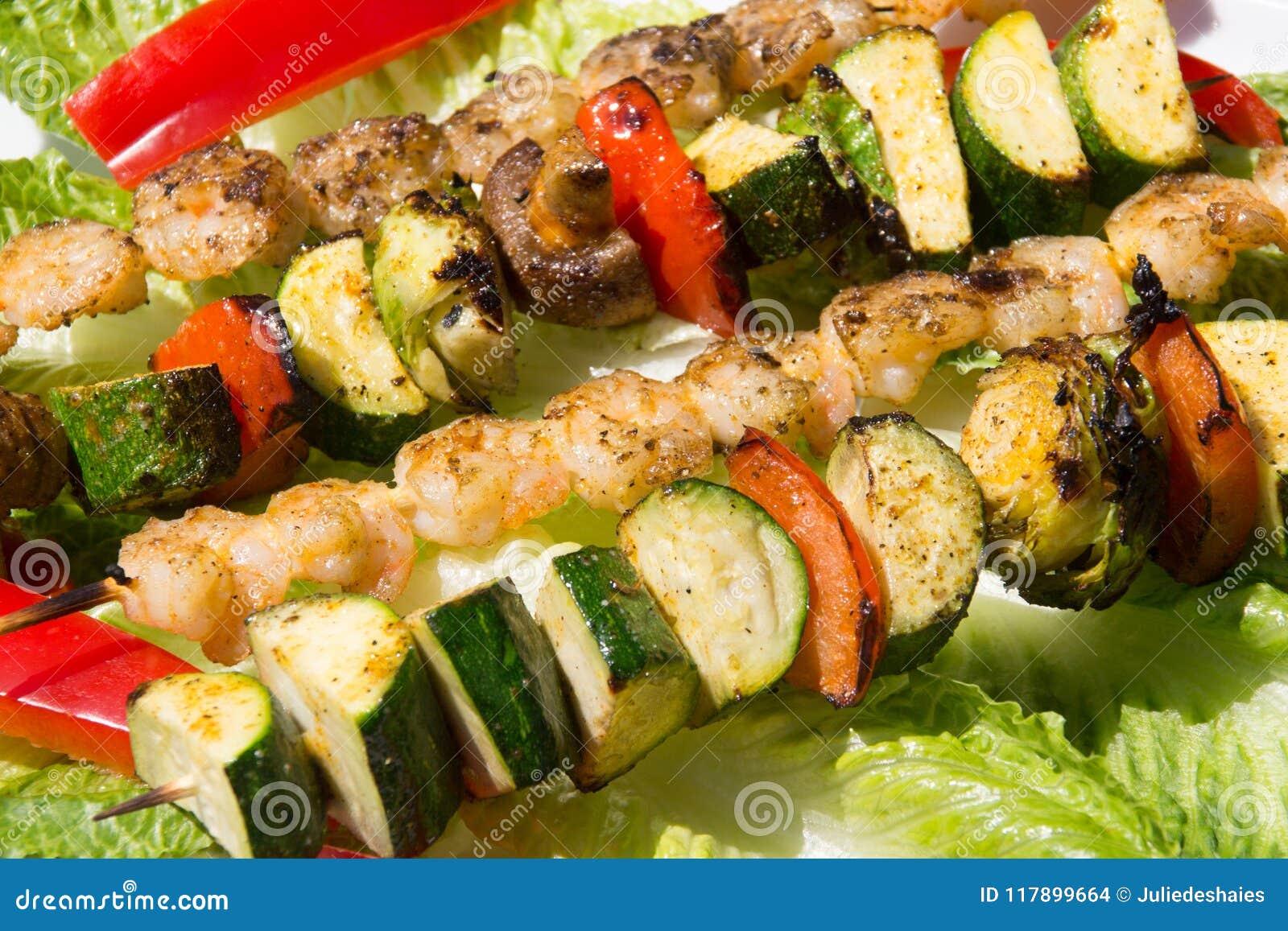 Grillade räka- och veggieskebabsteknålar