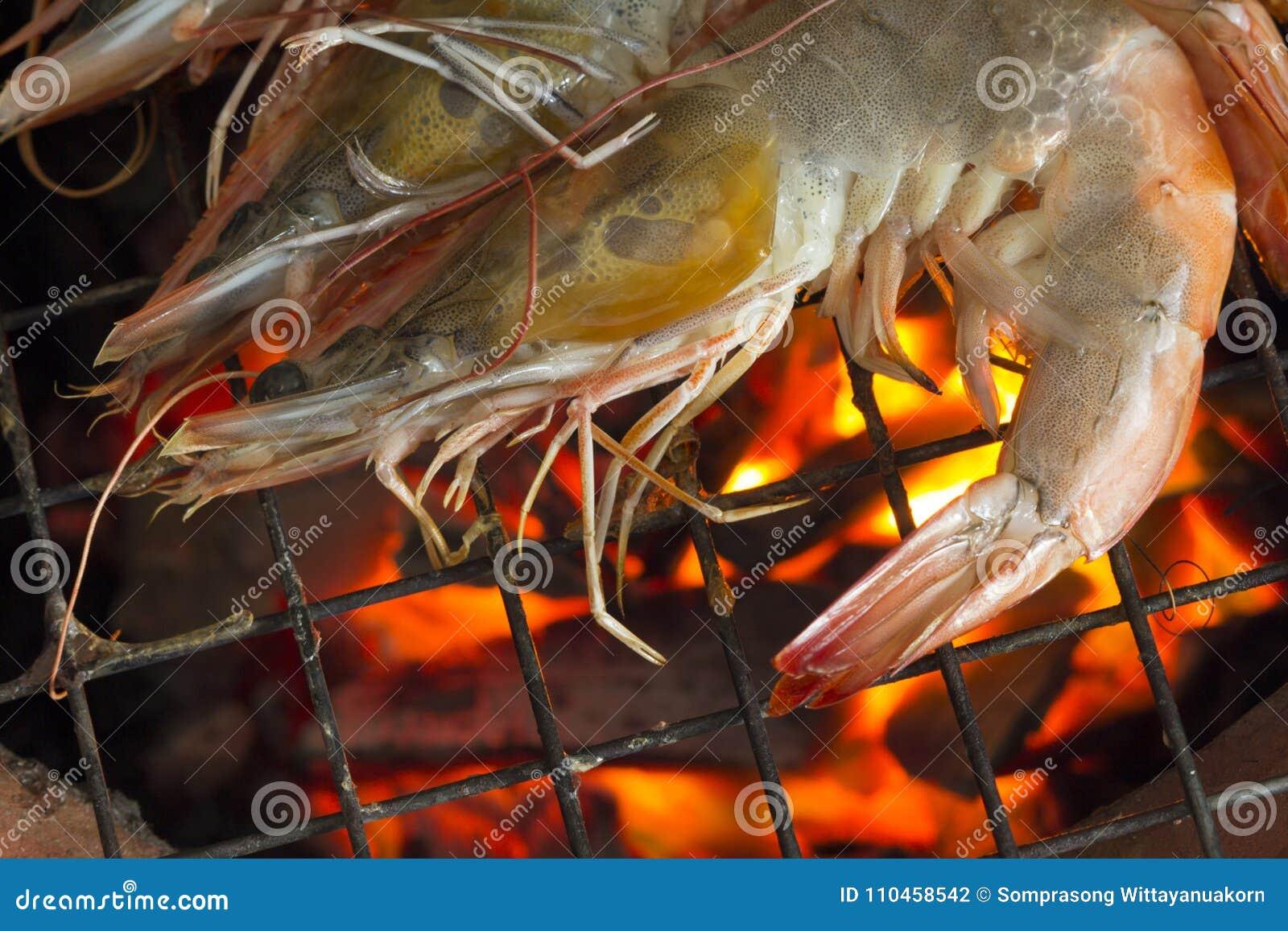 Grillade räkor på det flammande gallret