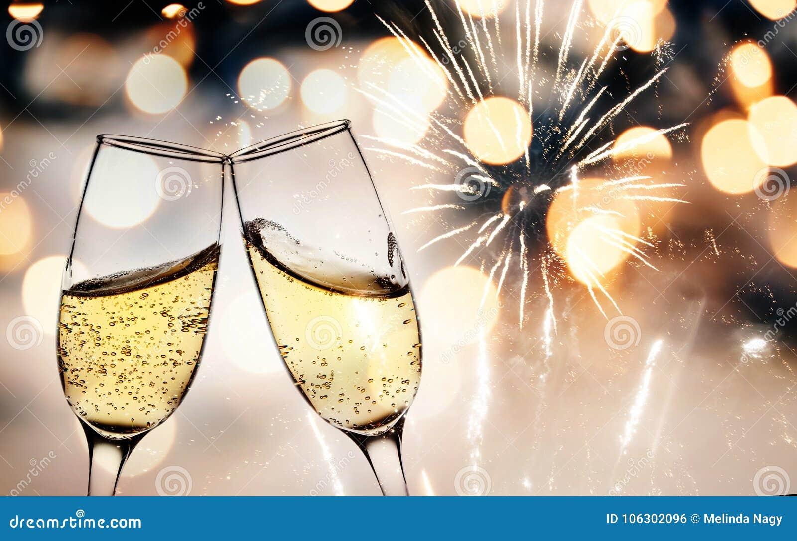 Grillage avec des verres de champagne contre des lumières de vacances et nouveau y