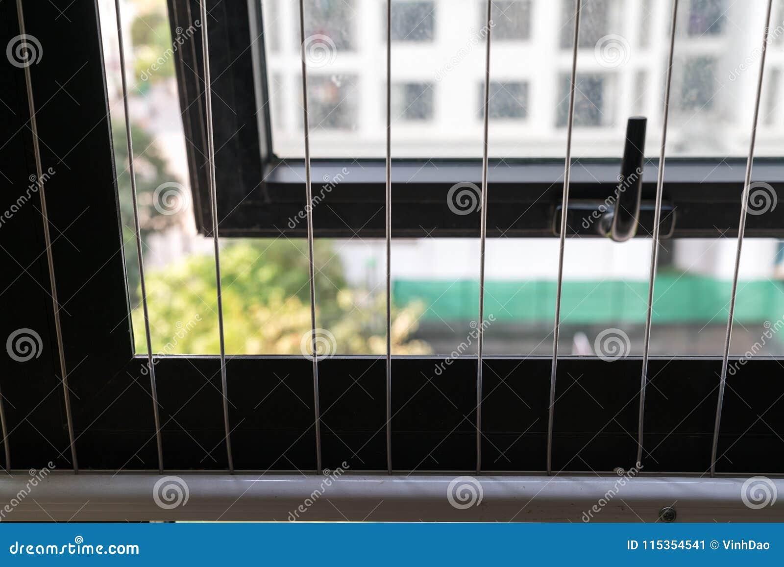 Grillage De Protection Sur Le Secteur Ouvert Sur La Fenêtre Dans L