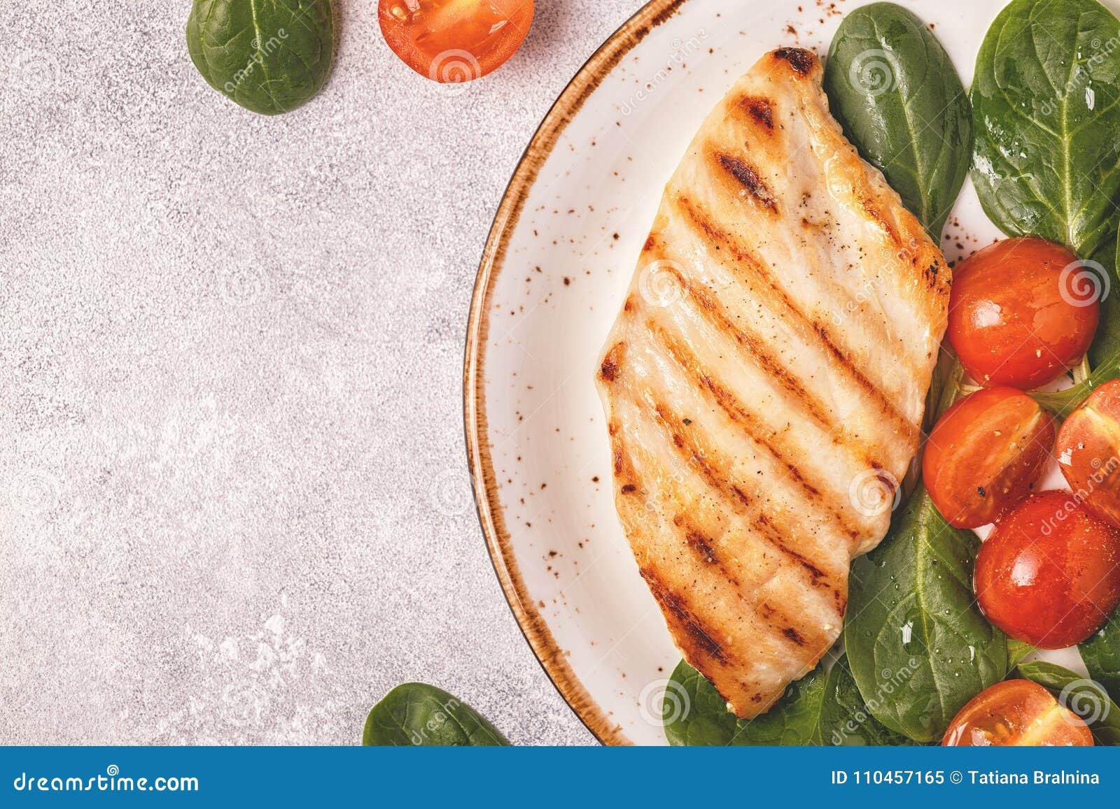 Grillat fegt bröst som tjänas som med grönsaksallad