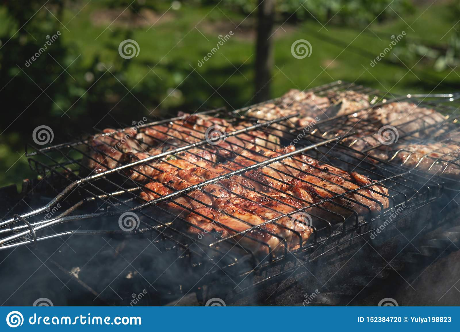 Grillat griskött lagas mat utomhus, sommarpicknicken