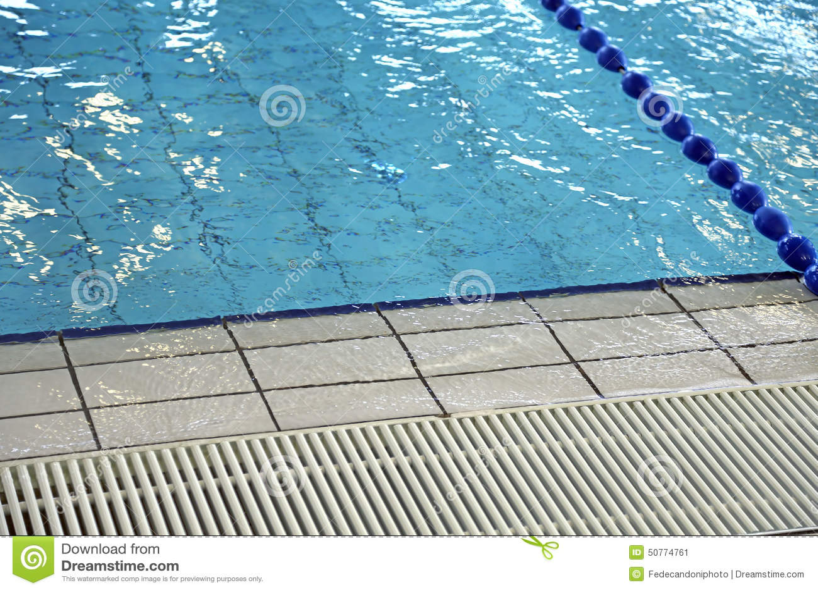 Grille pour la circulation de l 39 eau dans la piscine image for Piscine xs prix