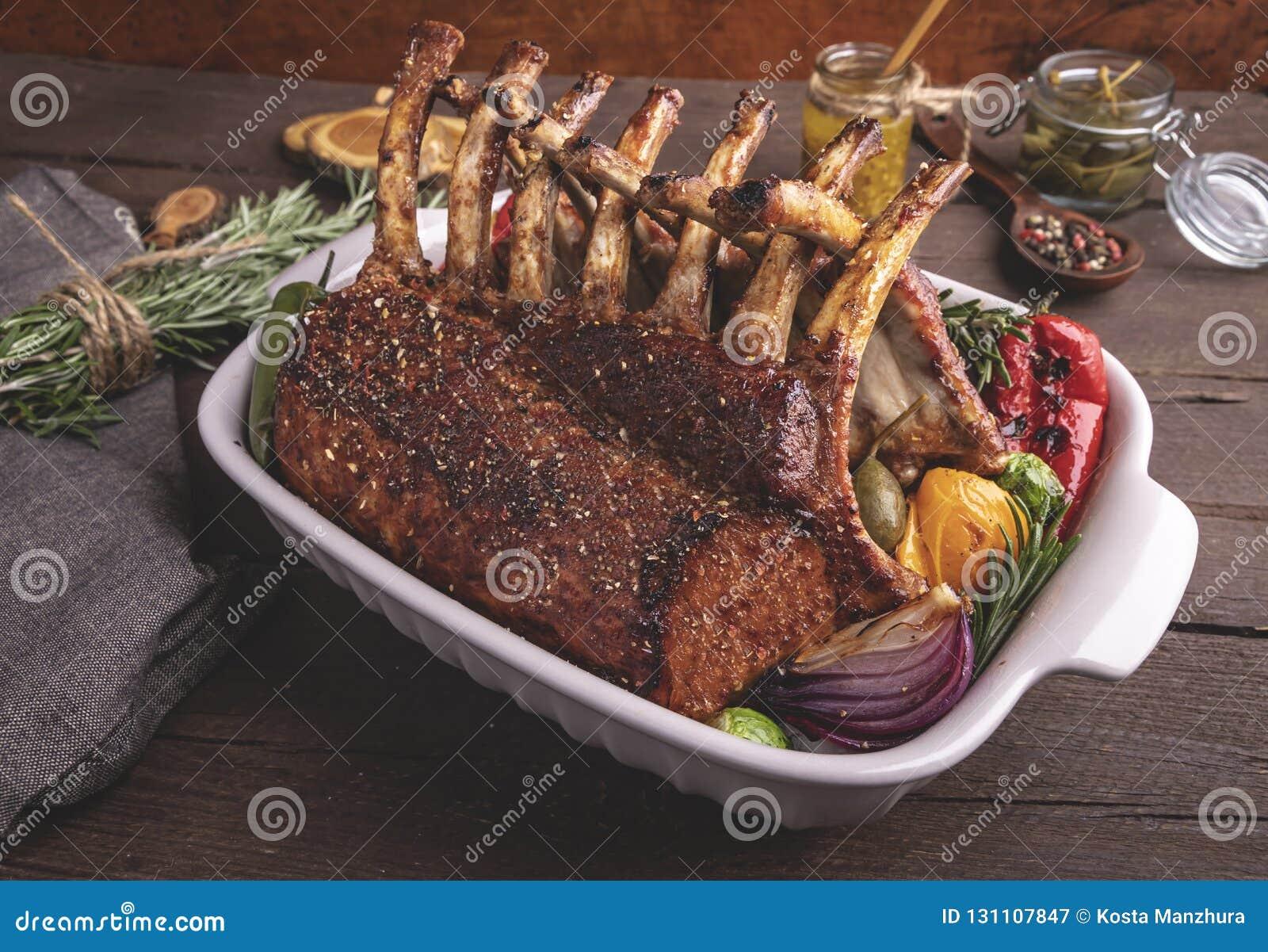 Grilled зажарило в духовке шкаф овечки с овощами Обедающий барбекю Зажаренные отбивные котлеты мяса овечки
