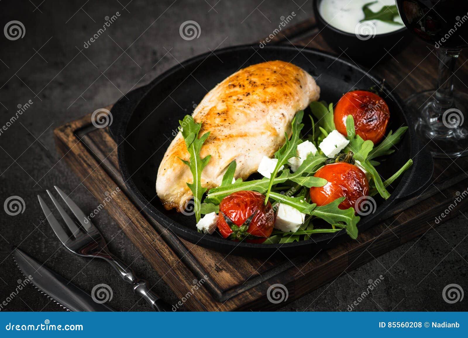 Grilled chiken Leiste und frischen Salat mit