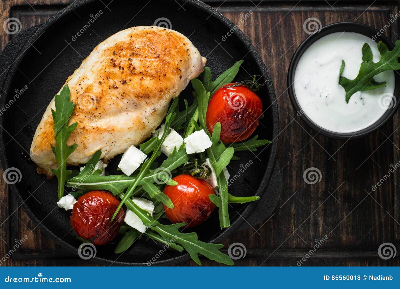 Grilled chiken Leiste und frischen Salat mit weißer Soße