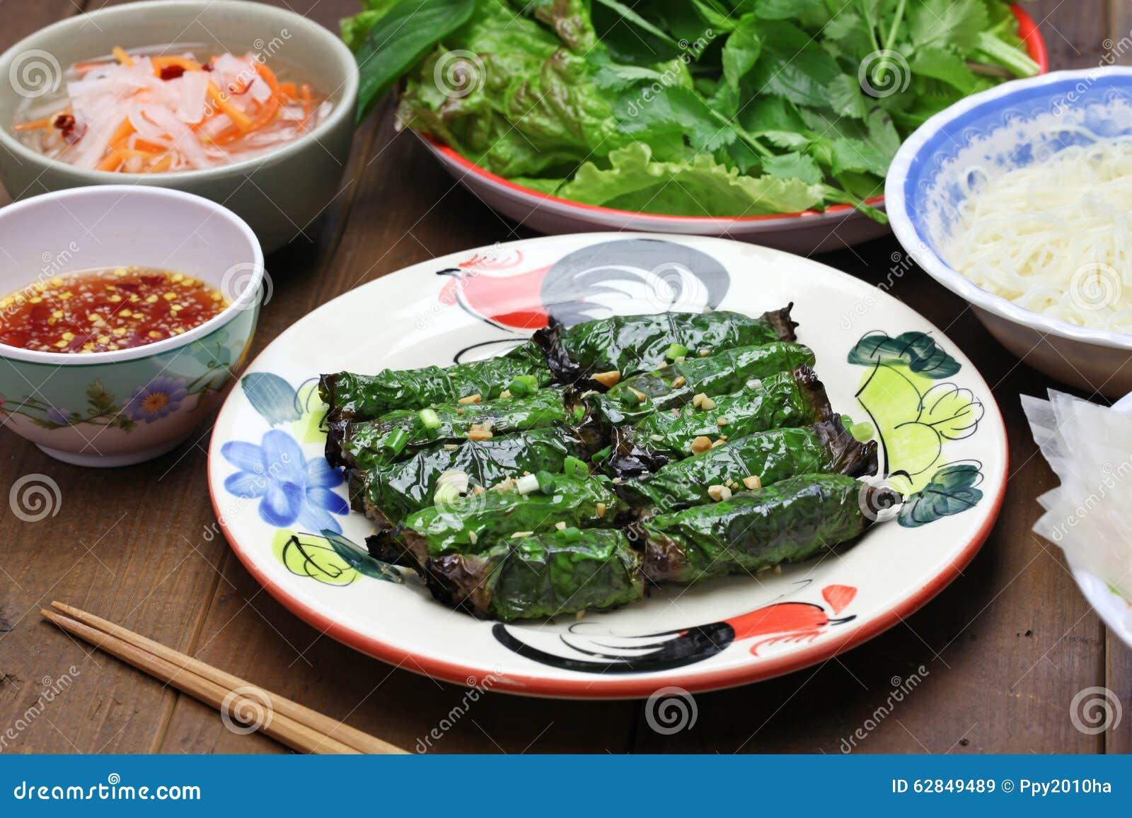Grilled Zerkleinerte Das Rindfleisch, Das Im Betelblatt, Vietnamesische  Küche Eingewickelt Wurde