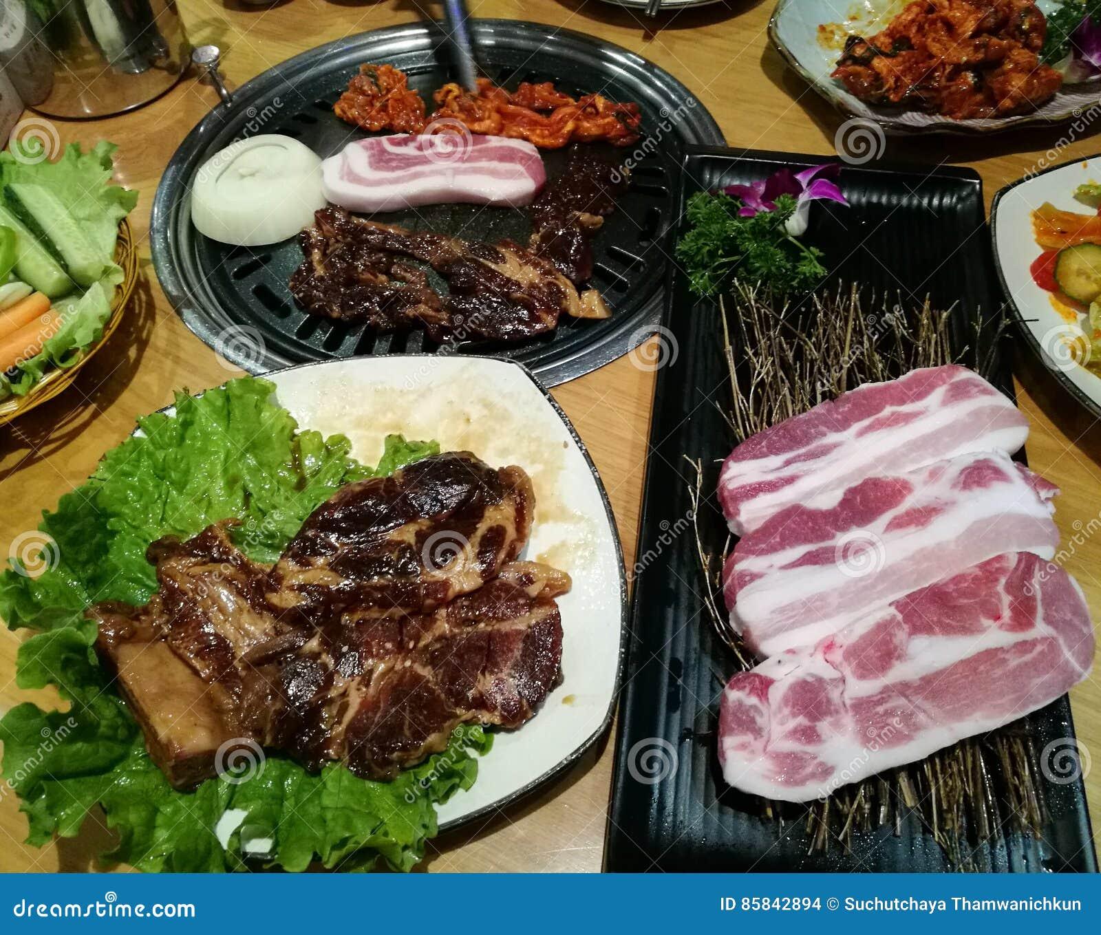 Grillen Sie Schweinefleischscheibe auf der heißen BBQ-Wanne, Familienabendessenzeit, Korea-Lebensmittel, yakiniku, Korea-Stadt