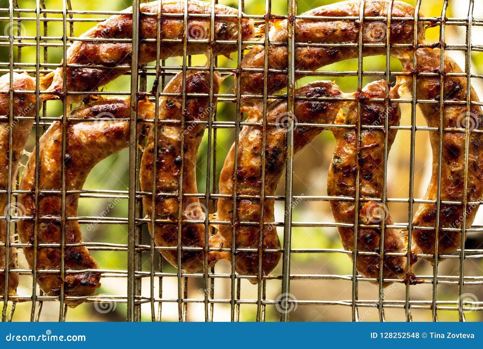 Grillen von Würsten auf Grillgrill-Hintergrundansicht