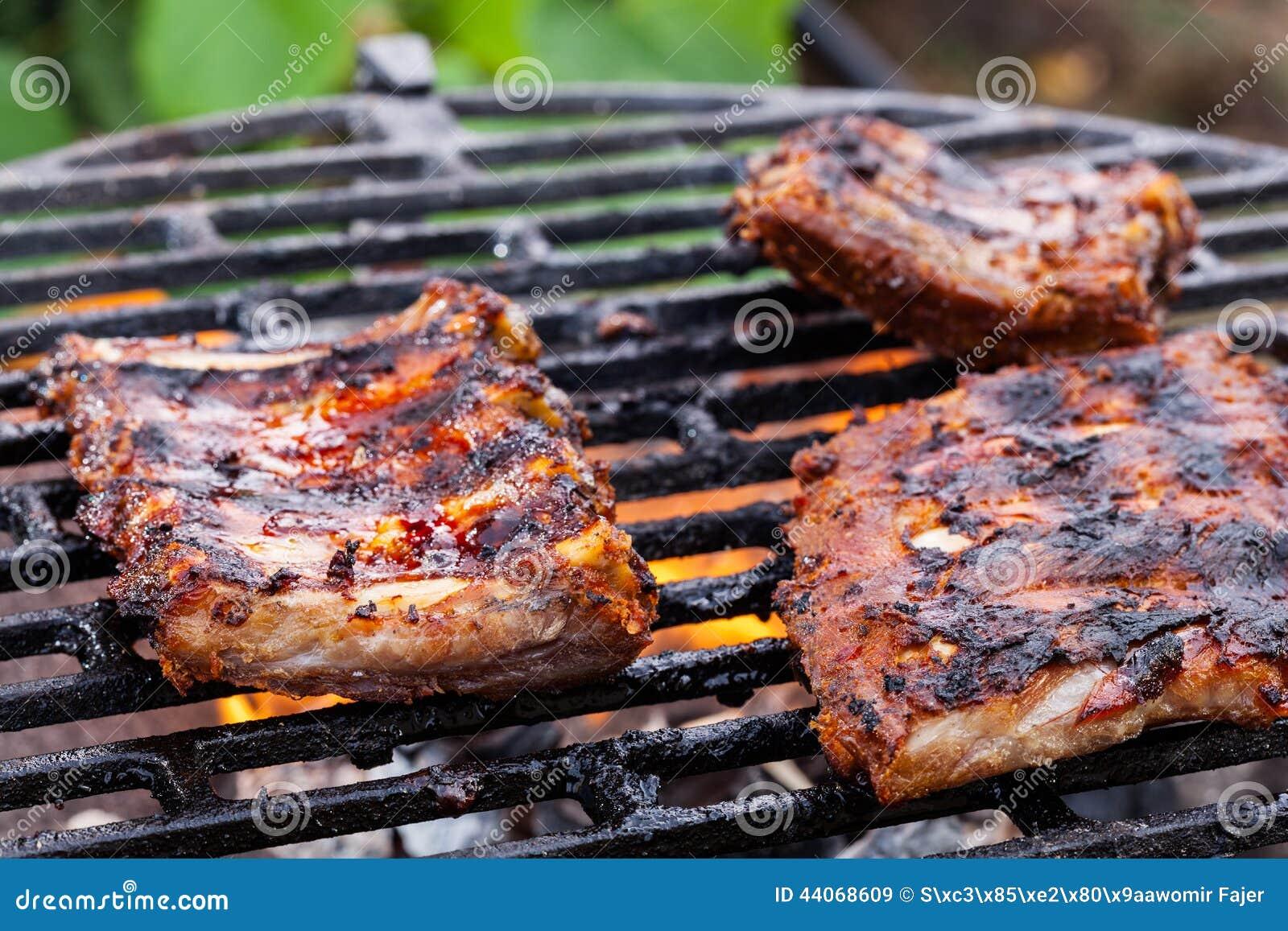 griller des travers de porc de porc sur le gril de barbecue image stock image 44068609. Black Bedroom Furniture Sets. Home Design Ideas