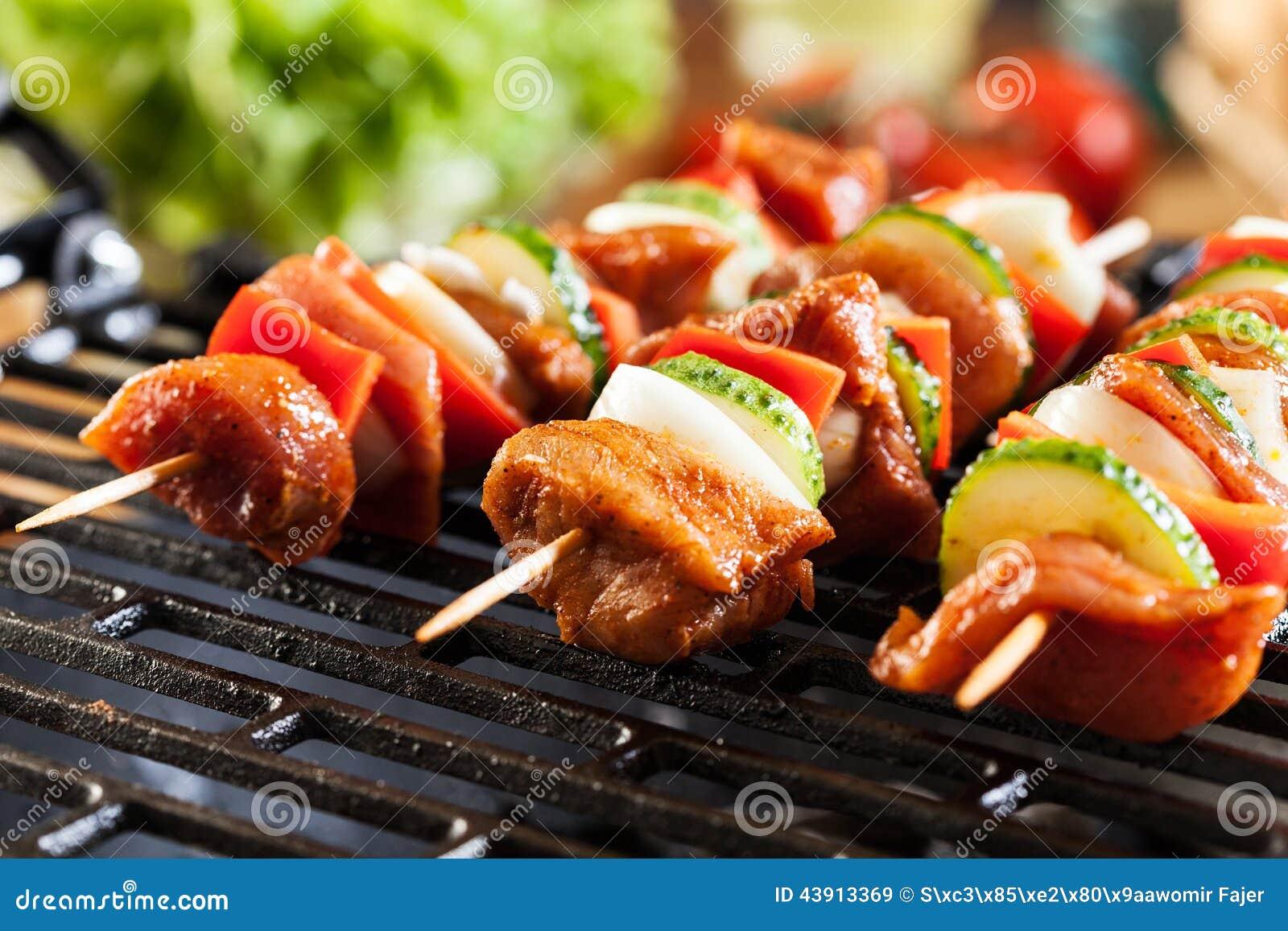 Griller le shashlik sur le gril de barbecue