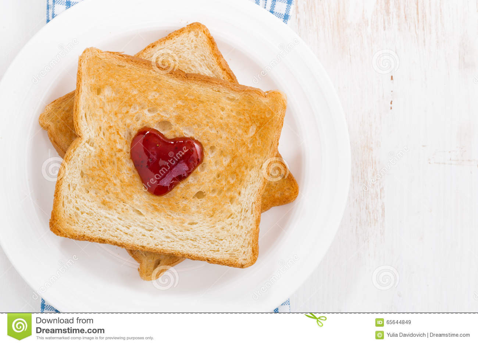 Grillez avec la confiture sous forme de coeur pour la Saint-Valentin