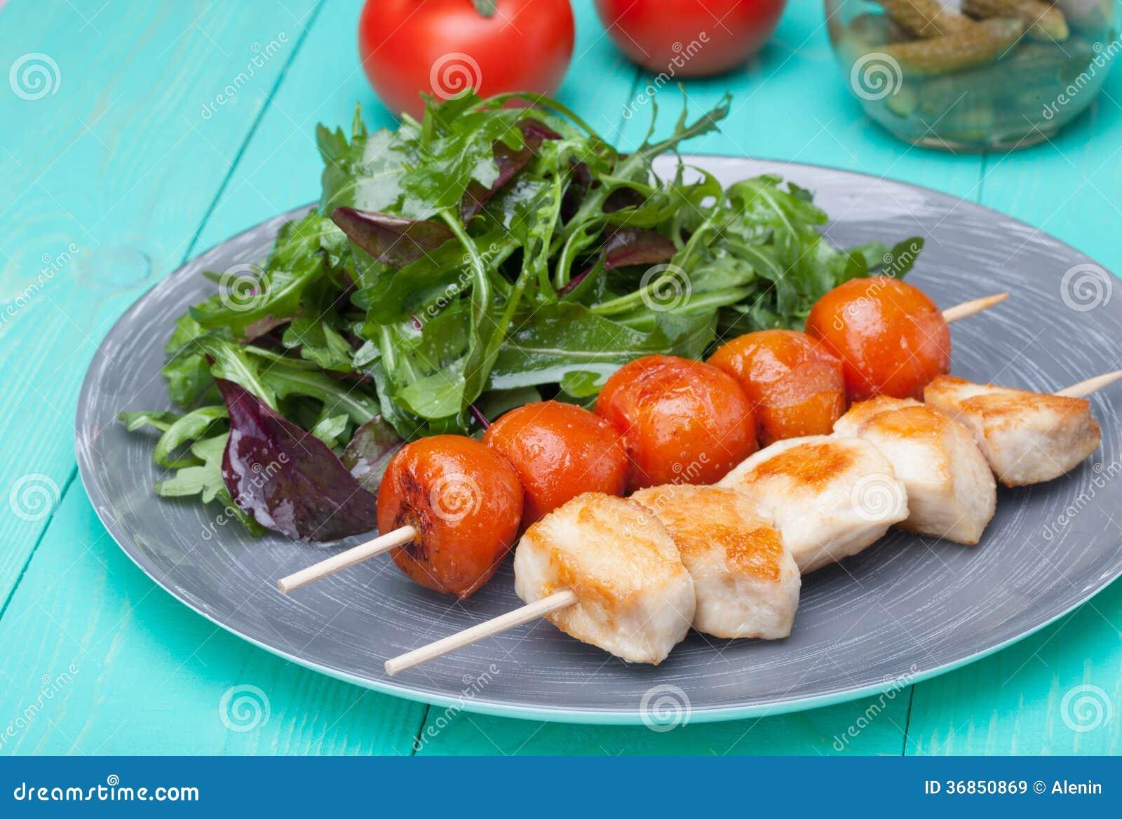 grillez tout entier le poulet avec des tomates dans un plat avec de la salade image stock. Black Bedroom Furniture Sets. Home Design Ideas