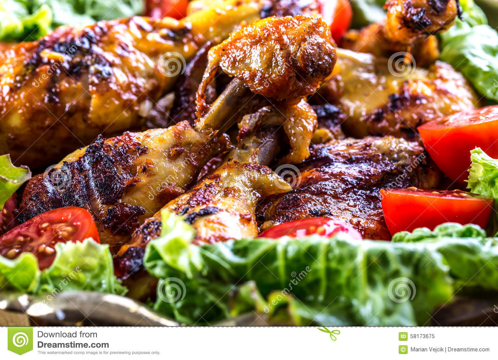 Grilling κοτόπουλο που ψήνεται στη σχάρα ψημένα στη σχάρα κοτόπουλο πόδια Ψημένα στη σχάρα πόδια κοτόπουλου, ντομάτες μαρουλιού κ