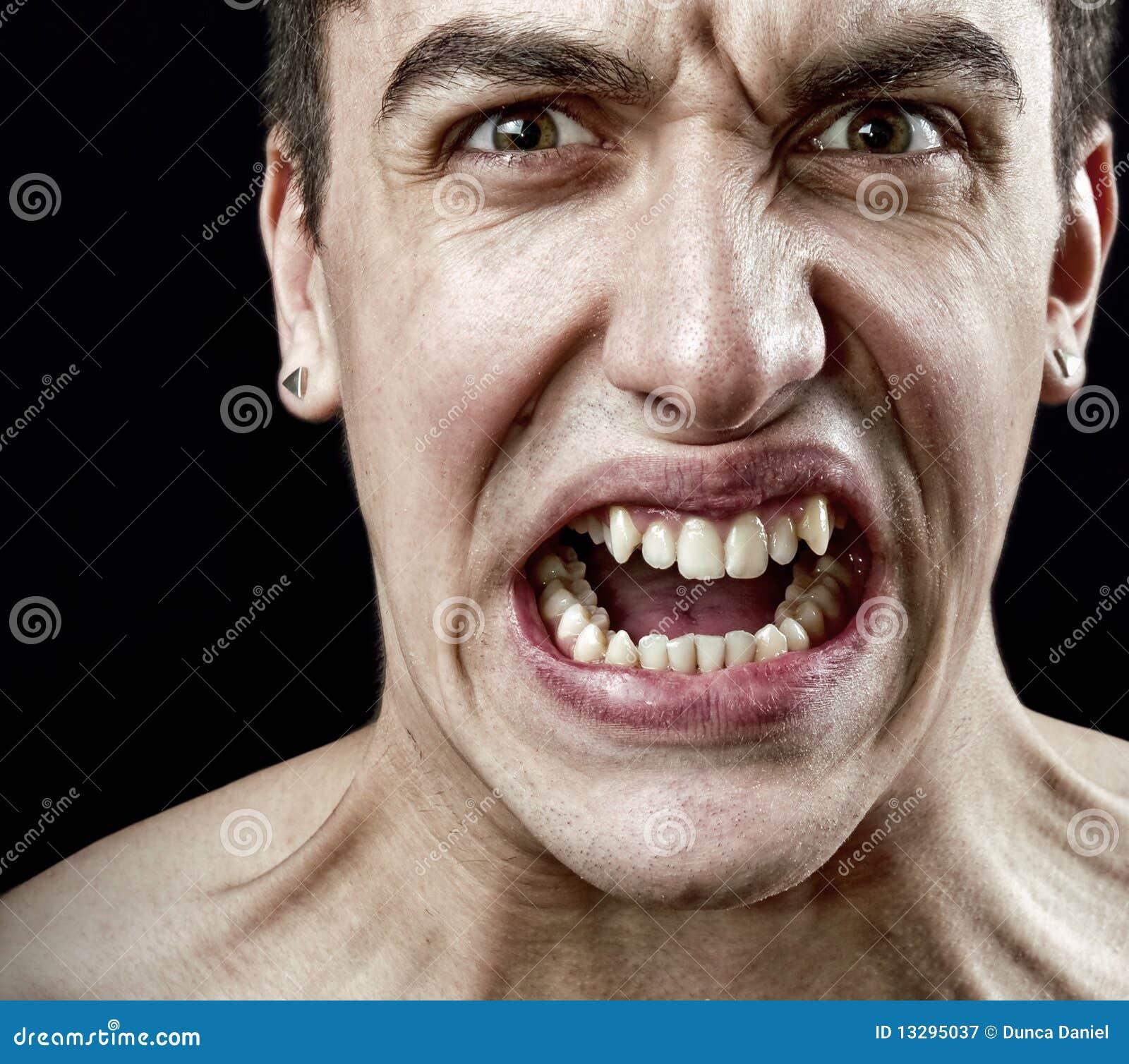 Grimasse des verärgerten wütenden betonten Mannes