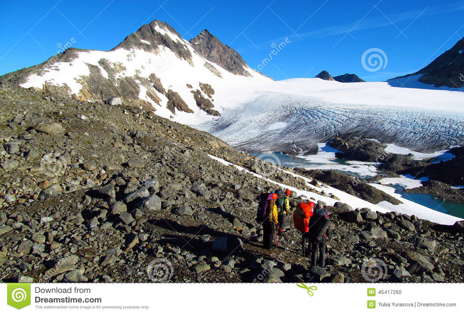 Grimpeurs de personnes, s élevant au sommet, aux crêtes de montagne rocheuse et au glacier en Norvège