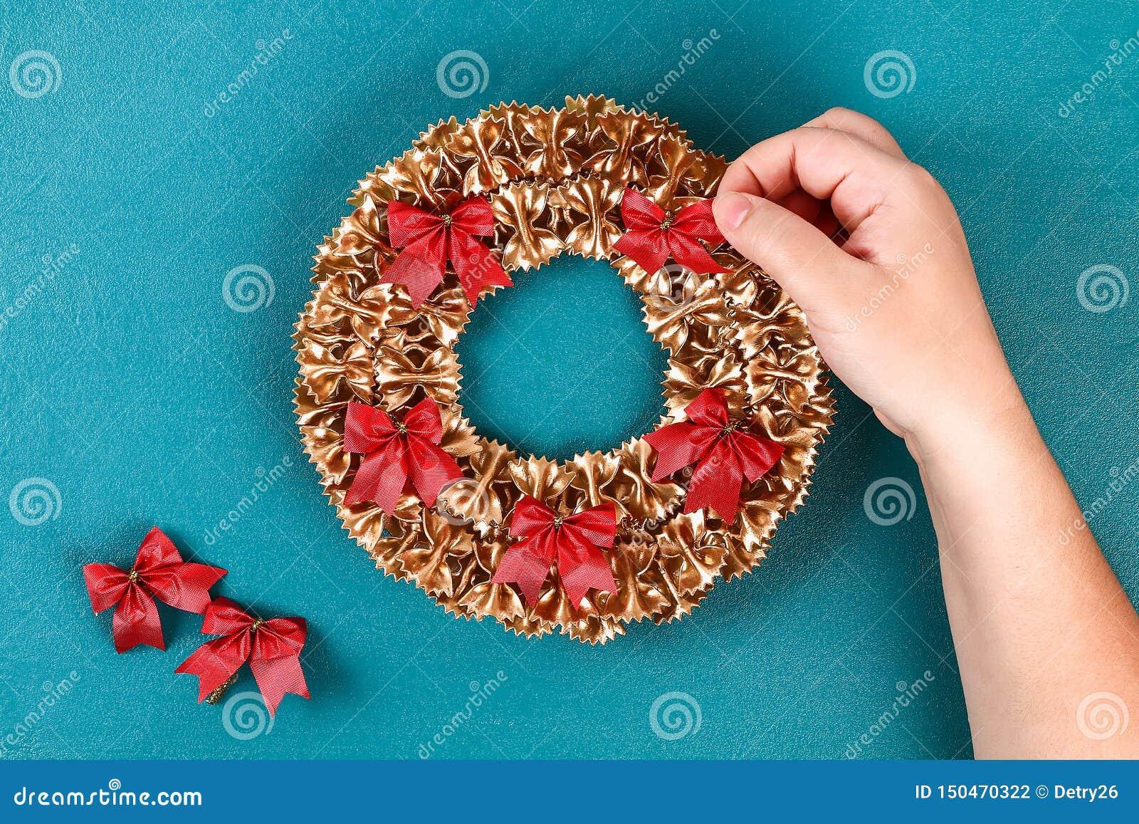 Grinalda da massa do Natal de Diy no fundo azul Ideia do presente, Natal da decoração, Xmas, ano novo