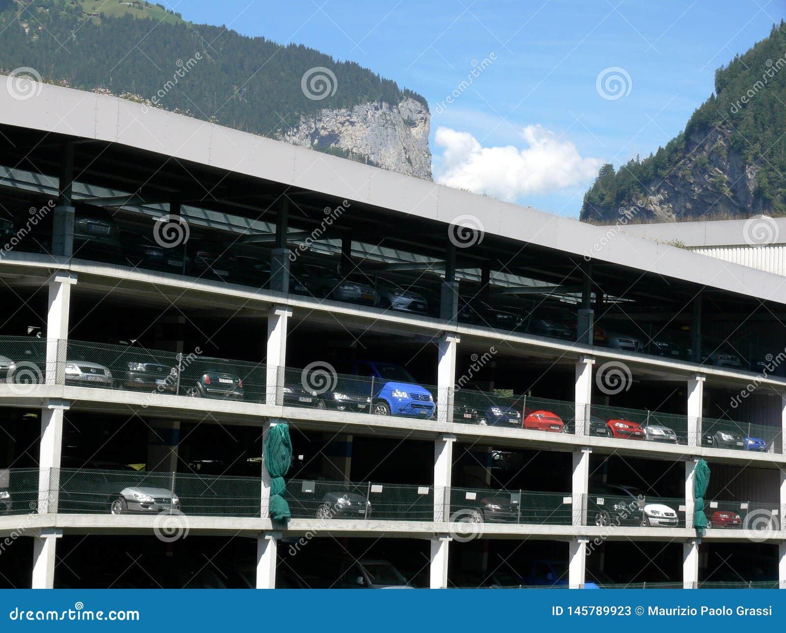 Grindelwald, Швейцария 08/07/2009 Стоянка для автомобилей мульти-этажа