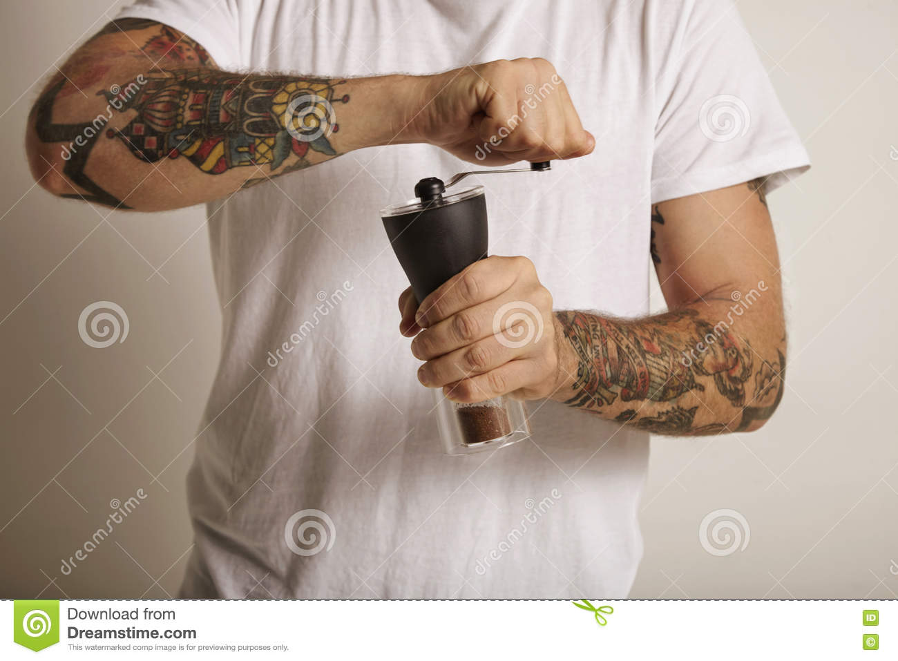 Grinding coffee with a manual grinder