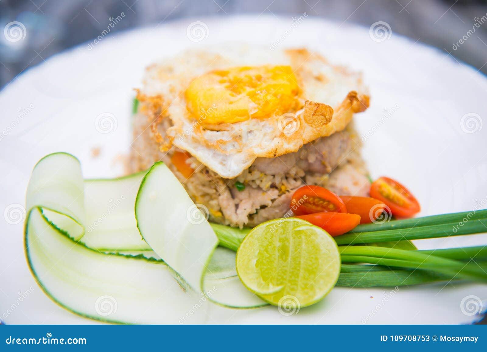 Griskött stekte ris med det stekte ägget