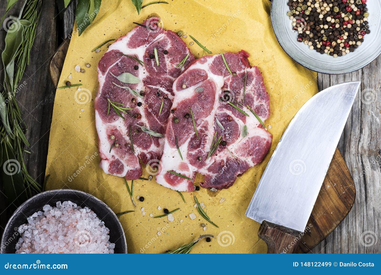Grisköttkött på skärbräda med kryddor