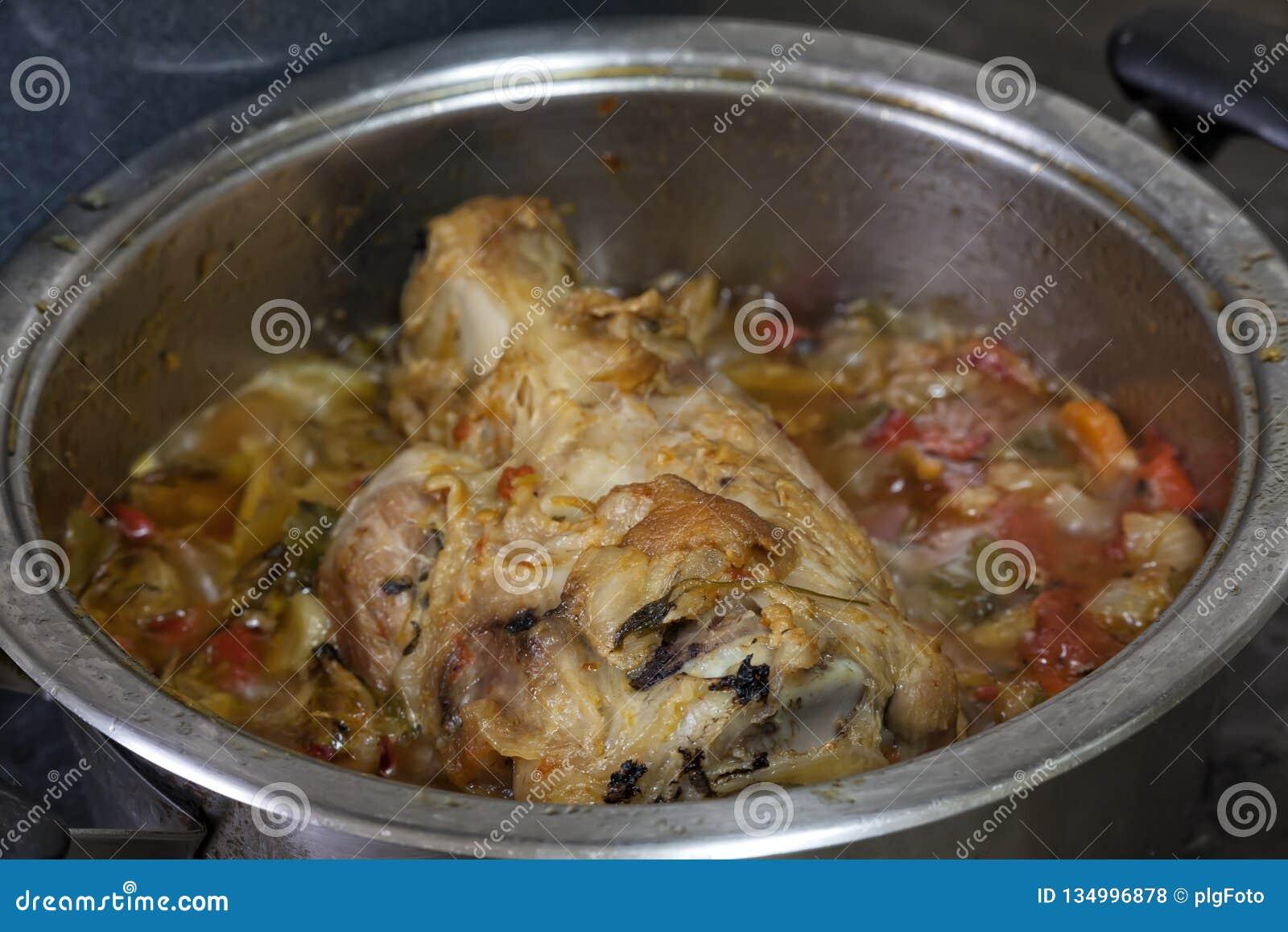 Grisköttknoge som lagas mat med grönsaker