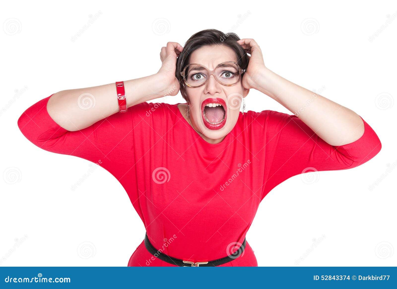 Gritar assustado bonito mais a mulher do tamanho no vestido vermelho isolado