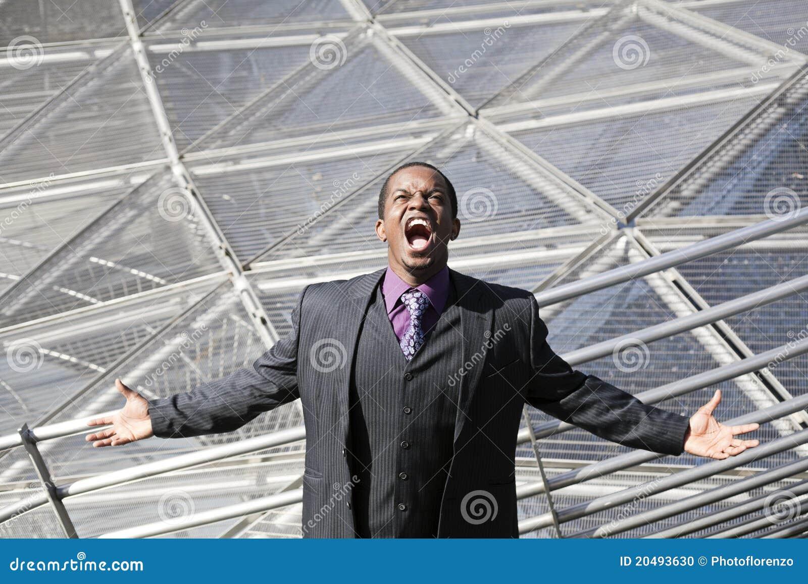 Gritar do homem negro cansado da rede do negócio