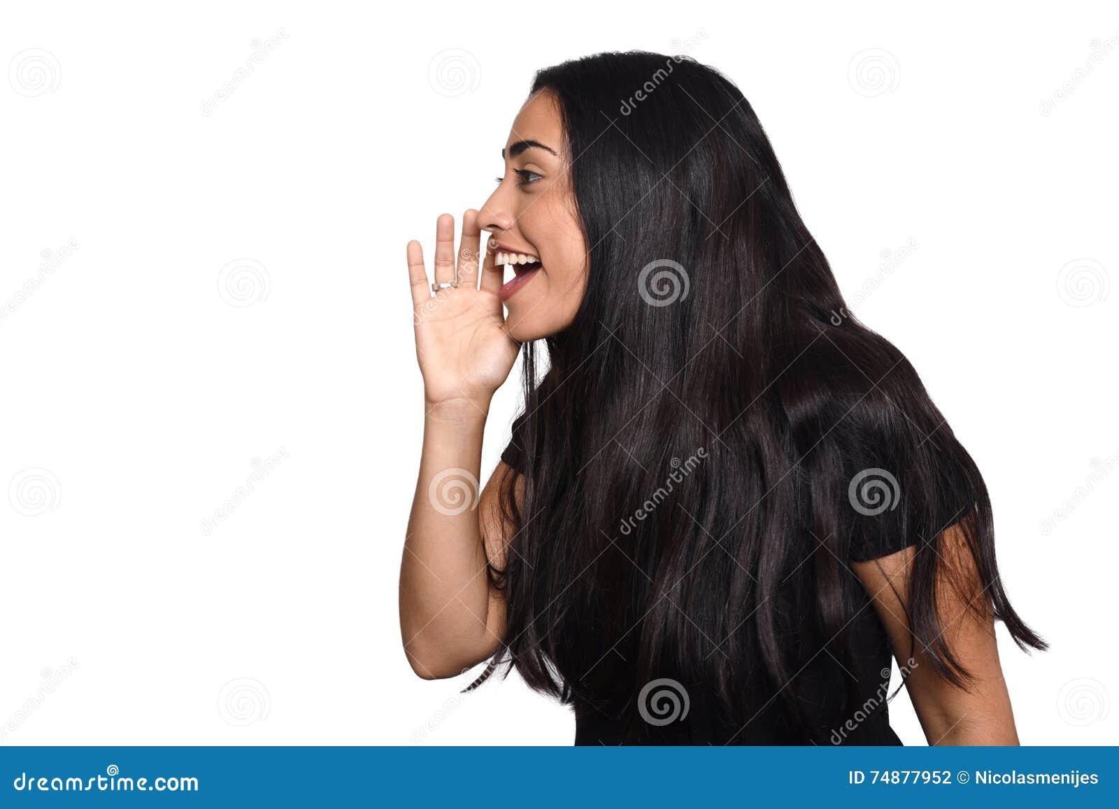 Gritaria da jovem mulher e gritar
