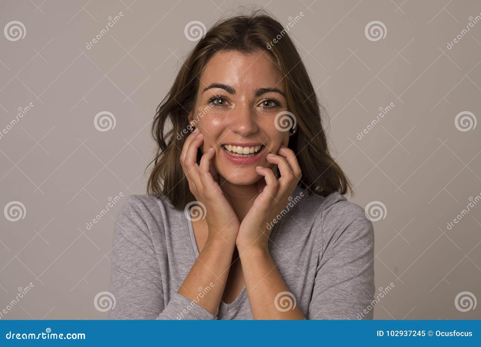 Griterío atractivo y hermoso joven de la mujer emocionado y feliz en choque agradable y la sorpresa que muestran el positivo y la