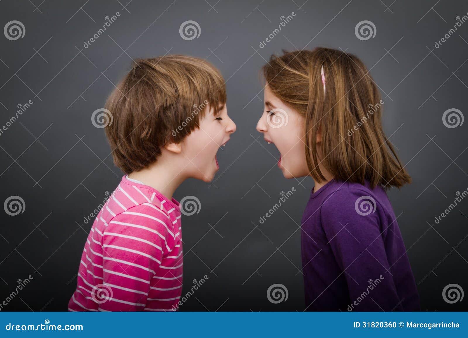 Griterío de los niños cara a cara